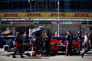 Mechanics on the grid with Max Verstappen, Red Bull Racing RB16