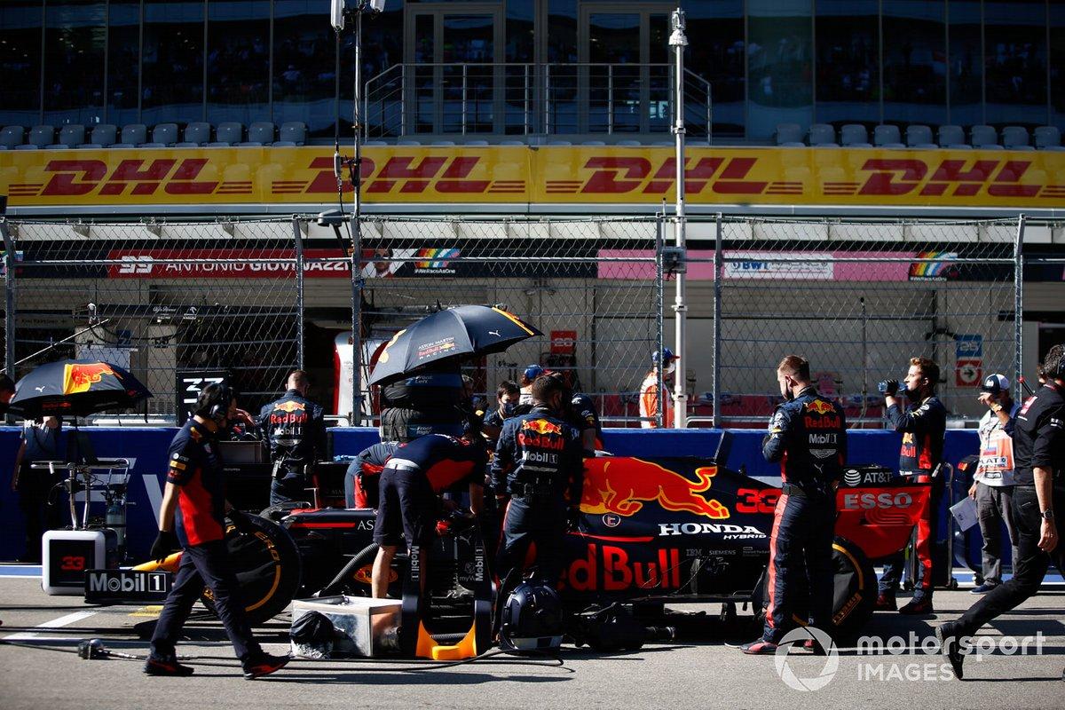 Mecánicos en la parrilla con Max Verstappen, Red Bull Racing RB16