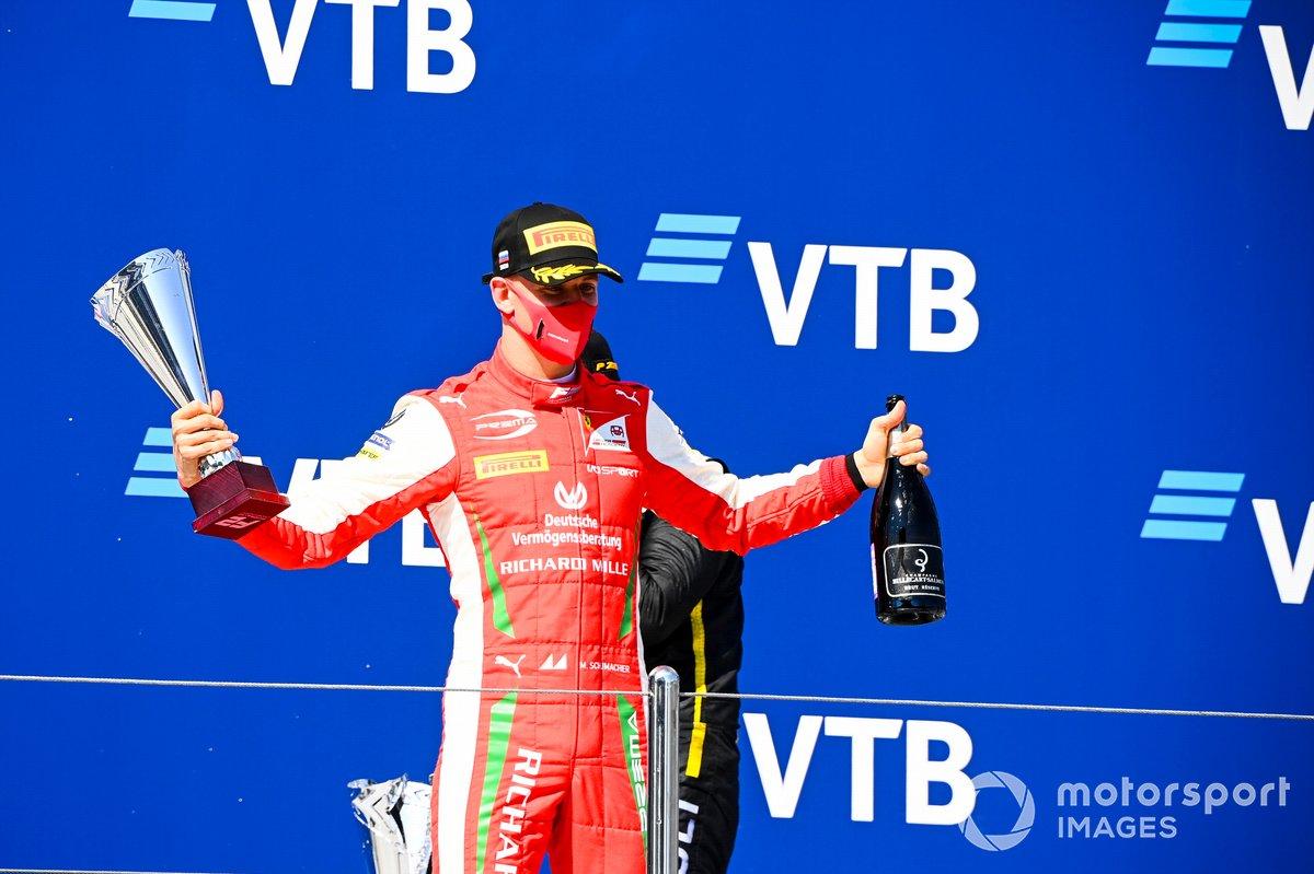 Mick Schumacher, Prema Racing festeggia sul podio con lo champagne