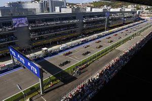 Lewis Hamilton, Mercedes F1 W11, Max Verstappen, Red Bull Racing RB16, Valtteri Bottas, Mercedes F1 W11, Sergio Perez, Racing Point RP20, en de rest van het veld