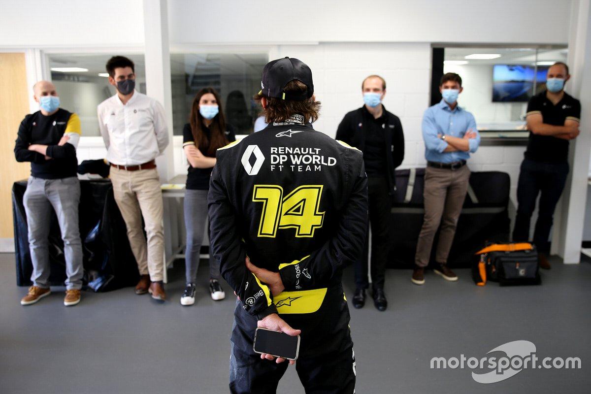 Fernando Alonso visita la fábrica de Renault F1 en Enstone