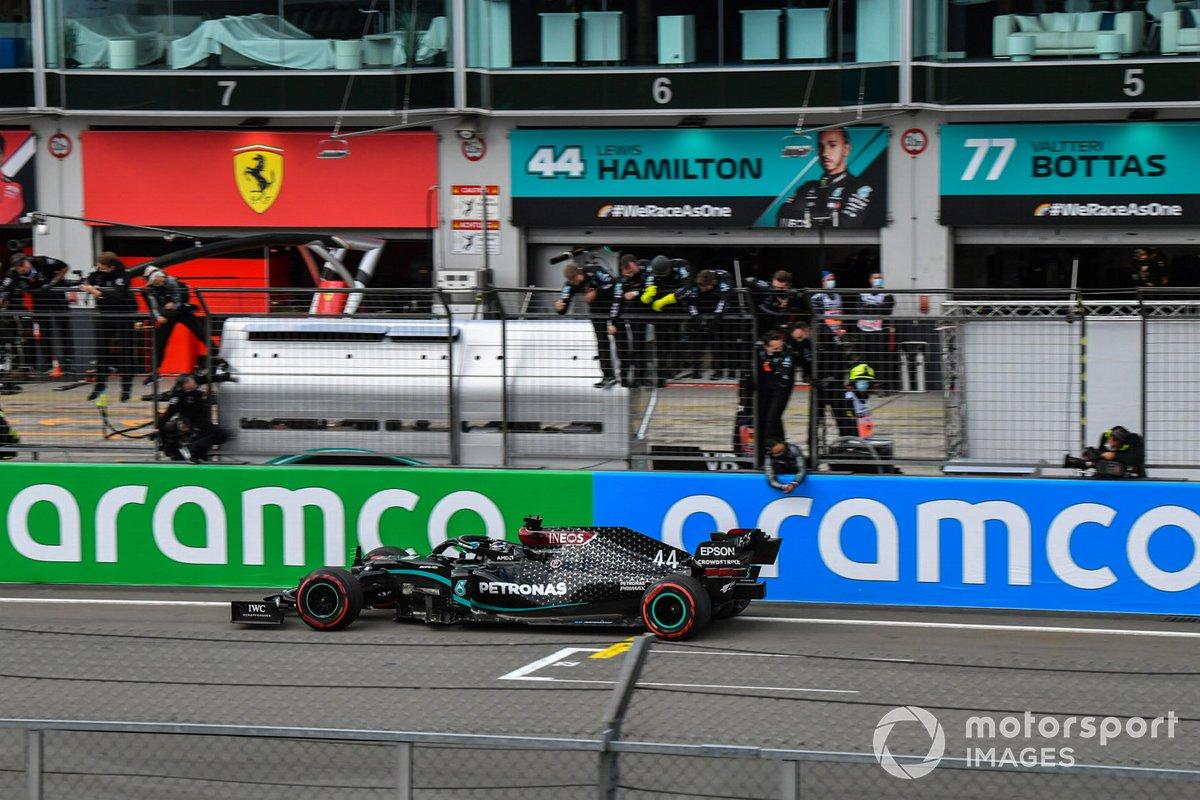 Lewis Hamilton, Mercedes F1 W11, 1ª posición, cruza la línea para el deleite de su equipo