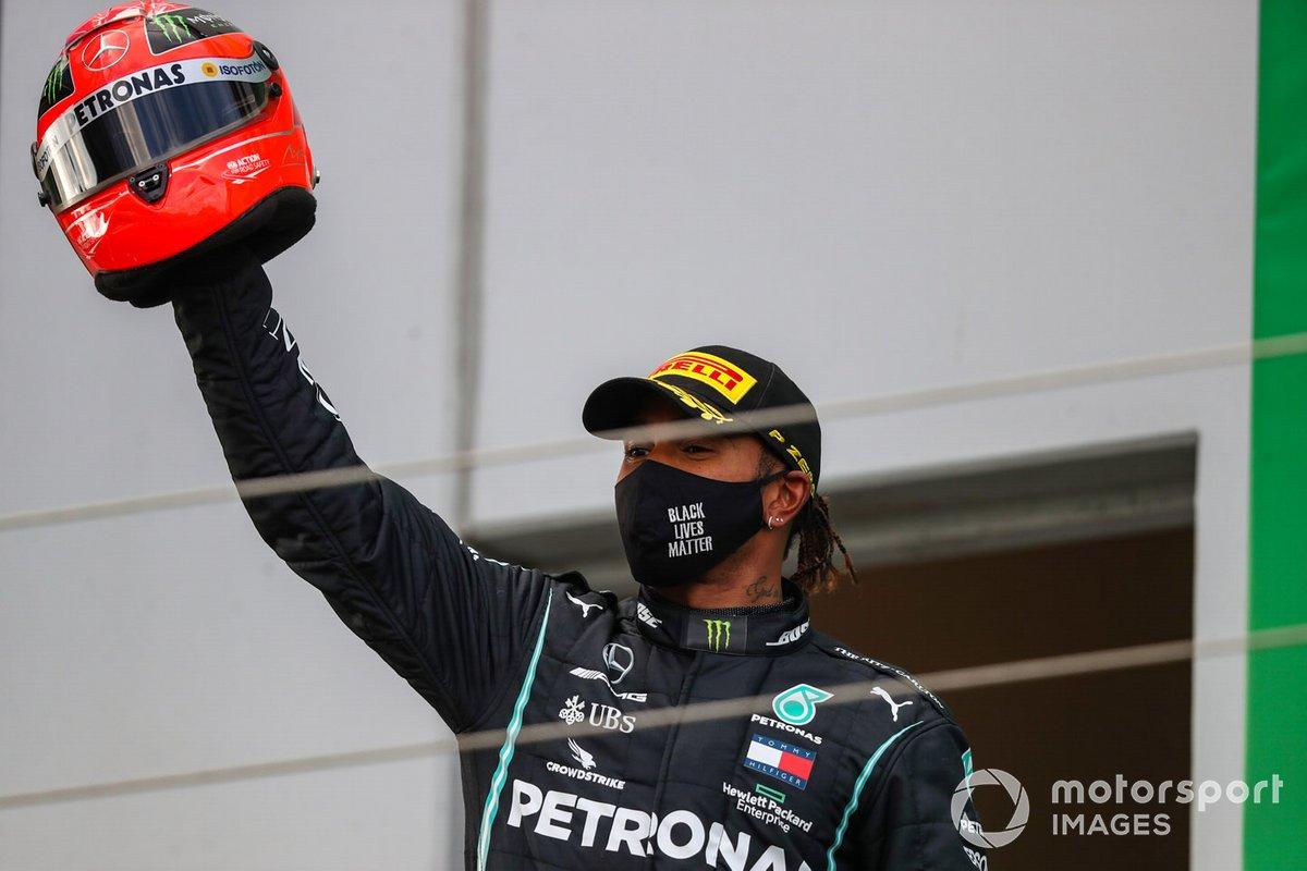 Lewis Hamilton, Mercedes-AMG F1, 1 ° posto, con il casco indossato da Michael Schumacher nel 2012