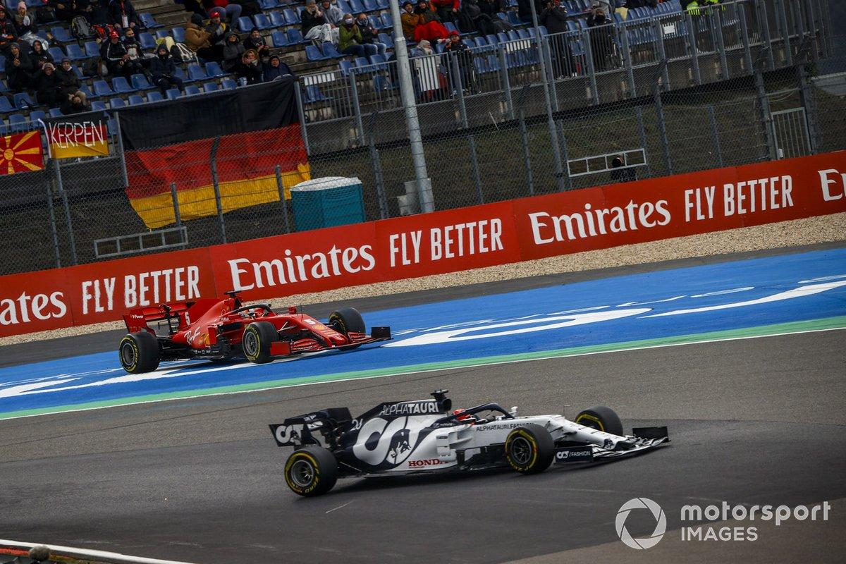 Daniil Kvyat, AlphaTauri AT01, pasa a Sebastian Vettel, Ferrari SF1000, que hace un trompo