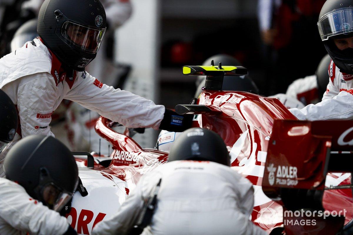 Antonio Giovinazzi, Alfa Romeo Racing C39, en pits