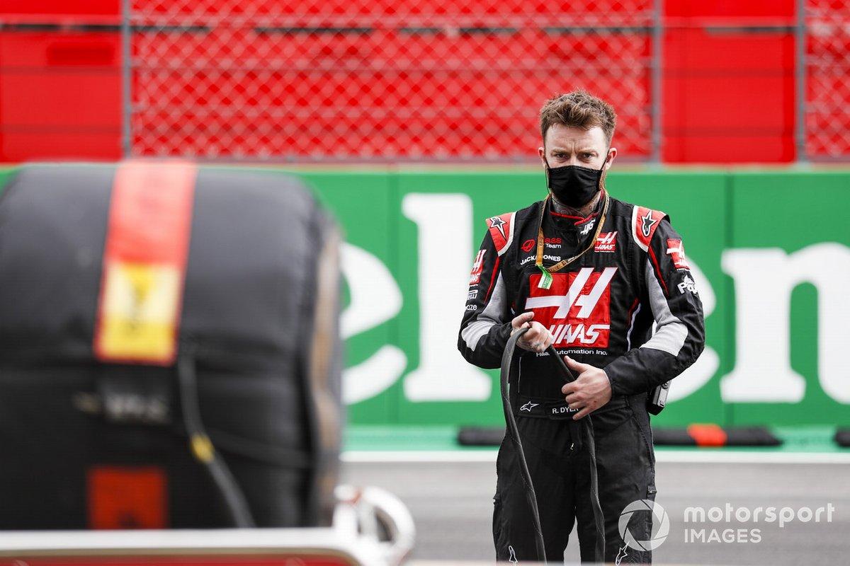 Miembro del equipo Haas F1 en la parrilla