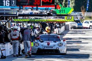 #912 Porsche GT Team Porsche 911 RSR - 19, GTLM: Laurens Vanthoor, Earl Bamber, Mathieu Jaminet, pit stop, crew