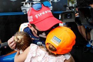 El campeón Scott Dixon, Chip Ganassi Racing Honda con sus hijas