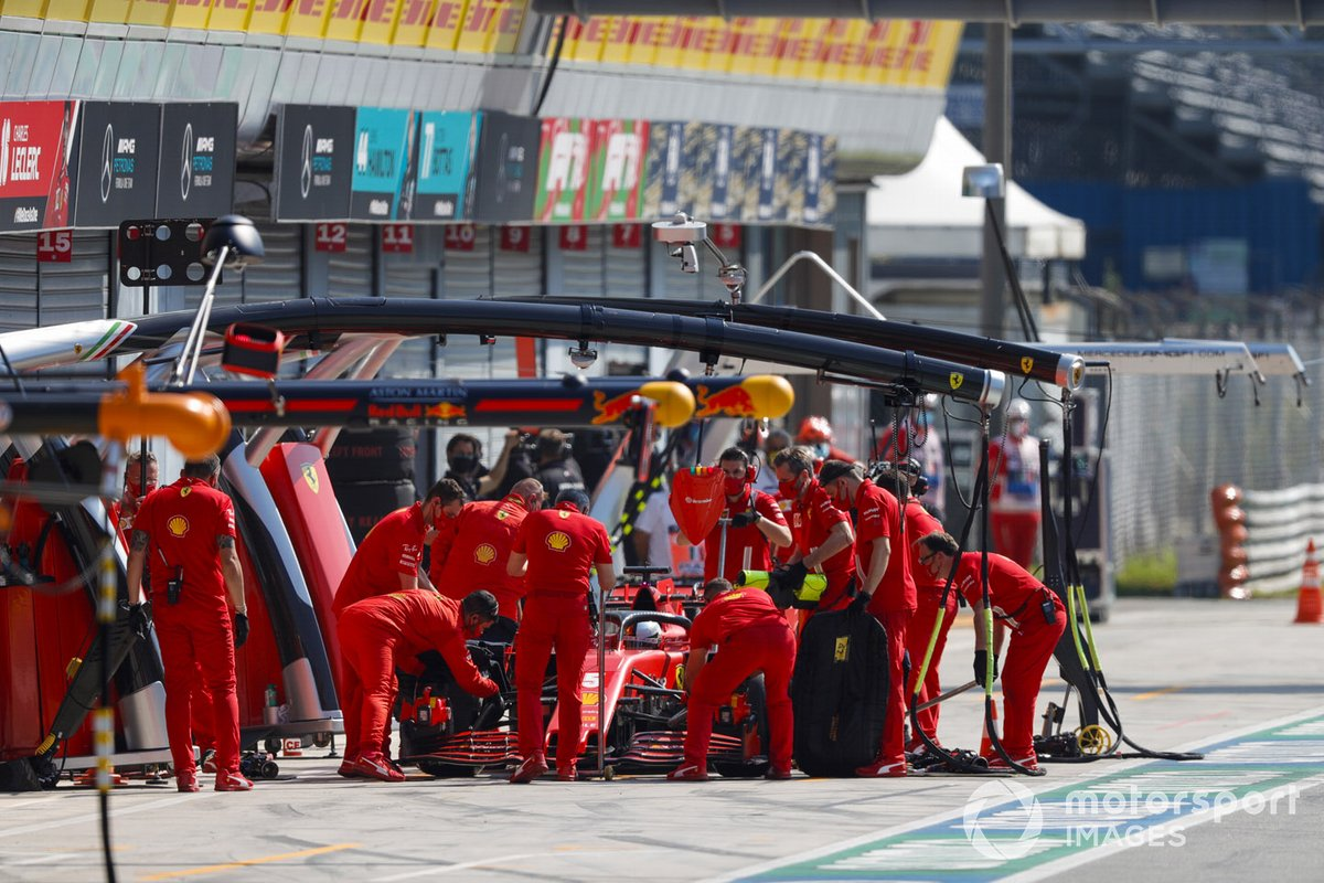 Sebastian Vettel, Ferrari SF1000, ai box durante le prove
