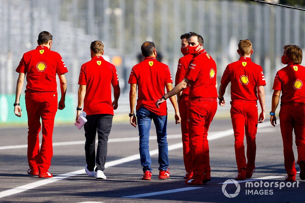 Sebastian Vettel, Ferrari cammina in pista con il team