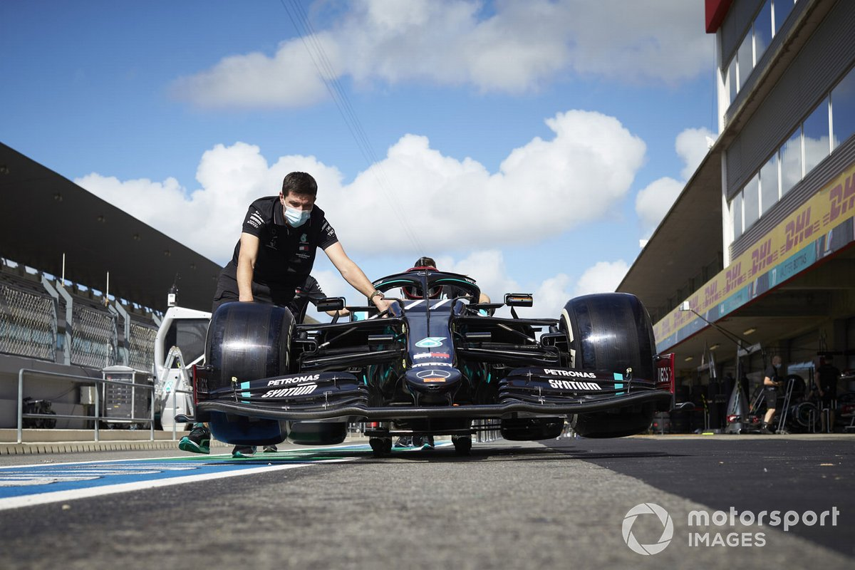 Mecánicos con el monoplaza de Valtteri Bottas, Mercedes F1 W11, en el pit lane