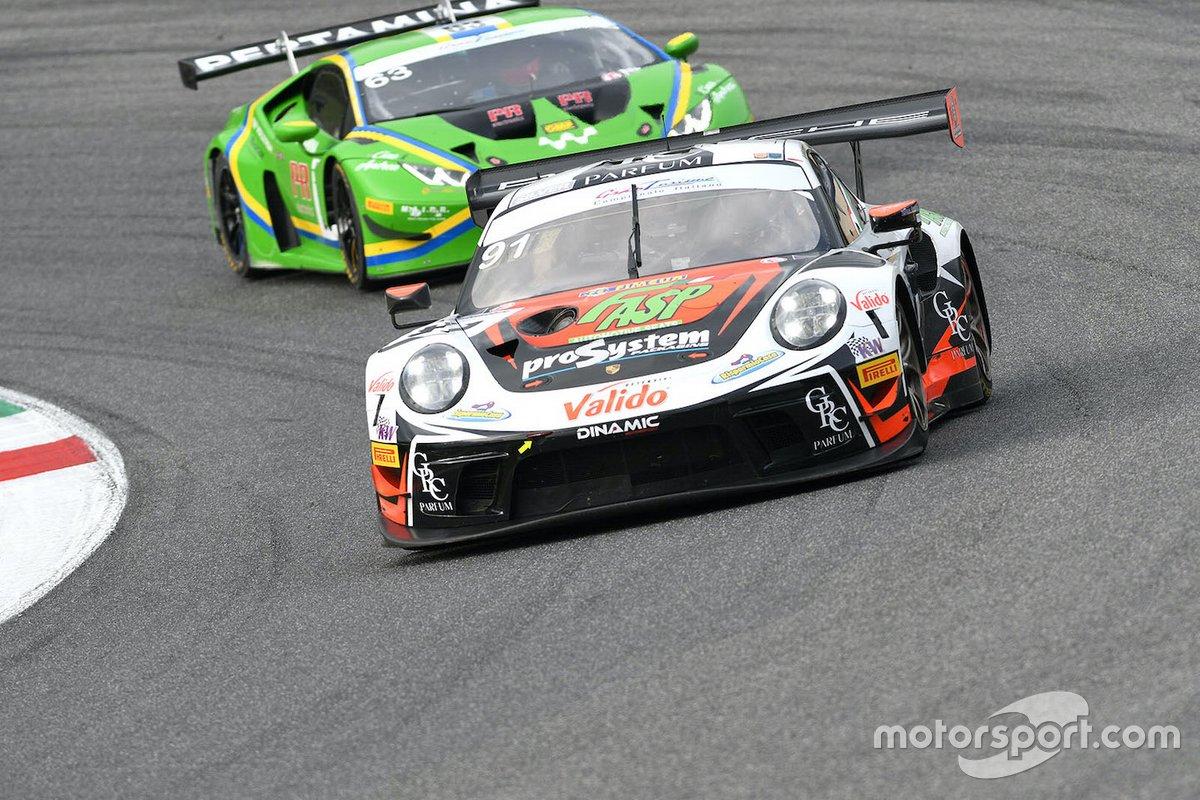 Alex De Giacomi, Marco Cassarà, Dinamic Motorsport, Porsche 911 GT3 R precede Danny Kroes, Leonardo Pulcini, Vincenzo Sospiri Racing, Lamborghini Huracan GT3