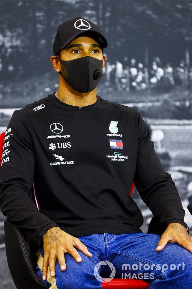 Ganador de la pole Lewis Hamilton, Mercedes-AMG F1 en la conferencia de prensa