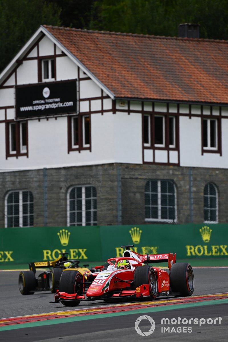 Mick Schumacher, Prema Racing, precede Guanyu Zhou, UNI-Virtuosi