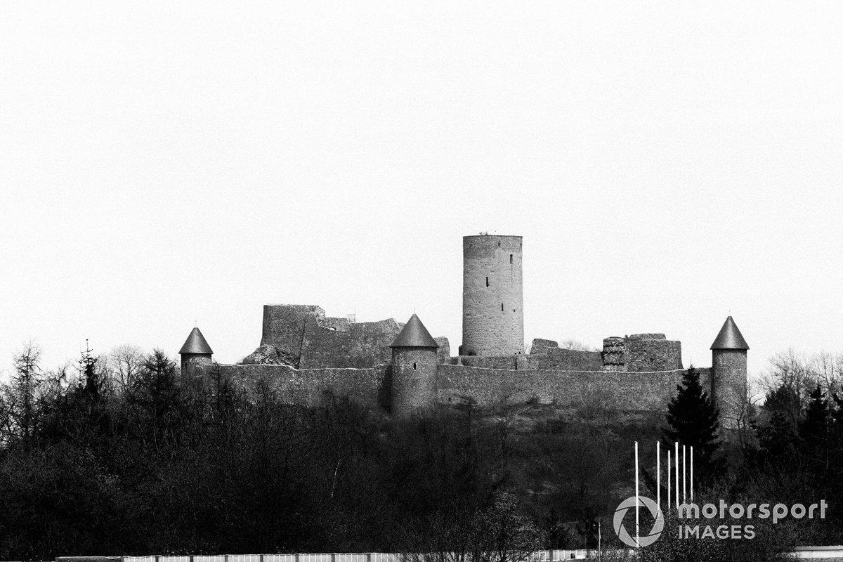 Окончательный выбор пал на поросшие густым лесом склоны большого холма, на вершине которого мрачно возвышался возведенный еще в XII веке замок Нюрбург