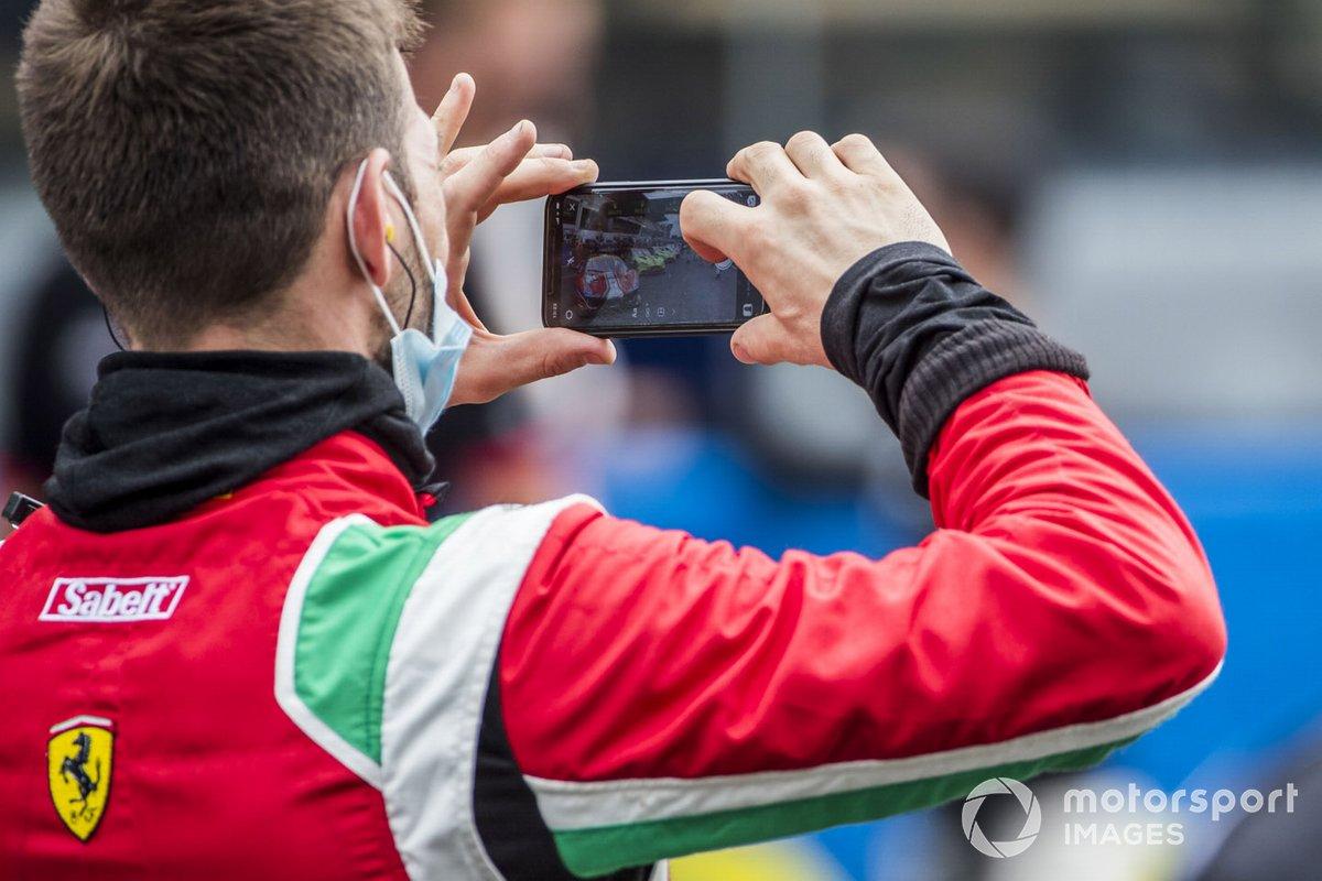 El mecánico de Ferrari toma una foto en la parrilla