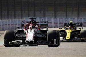 Kimi Raikkonen, Alfa Romeo Racing C39, Esteban Ocon, Renault F1 Team R.S.20