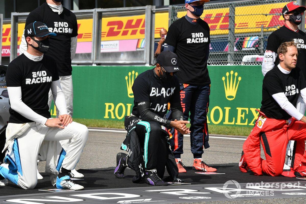 Nicholas Latifi, Williams Racing, Lewis Hamilton, Mercedes-AMG F1, Sebastian Vettel, Ferrari y los demás pilotos se ponen de pie y se arrodillan en apoyo de la Campaña para el Fin del Racismo