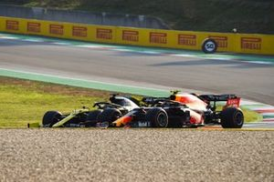 Daniel Ricciardo, Renault F1 Team R.S.20 , battles with Alex Albon, Red Bull Racing RB16