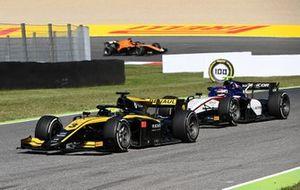 Guanyu Zhou, UNI-Virtuosi leads Pedro Piquet, Charouz Racing System