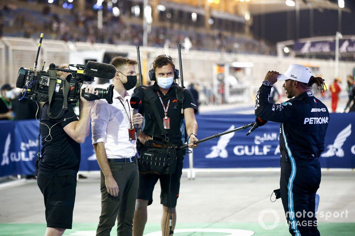Lewis Hamilton, Mercedes, 1 ° posto, viene intervistato da Jenson Button, Sky TV, dopo la gara