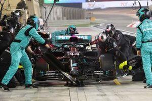 Lewis Hamilton, Mercedes F1 W11, fait un arrêt