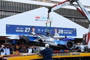 I meccanici scaricano l'auto danneggiata di Jake Dennis, BMW I Andretti Motorsport, BMW iFE.21