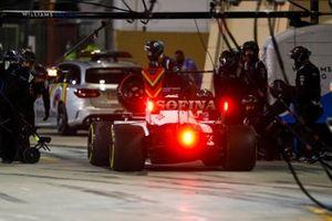 Jack Aitken, Williams FW43, makes a pit stop