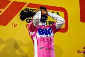 Le vainqueur Sergio Perez, Racing Point, fête sur le podium