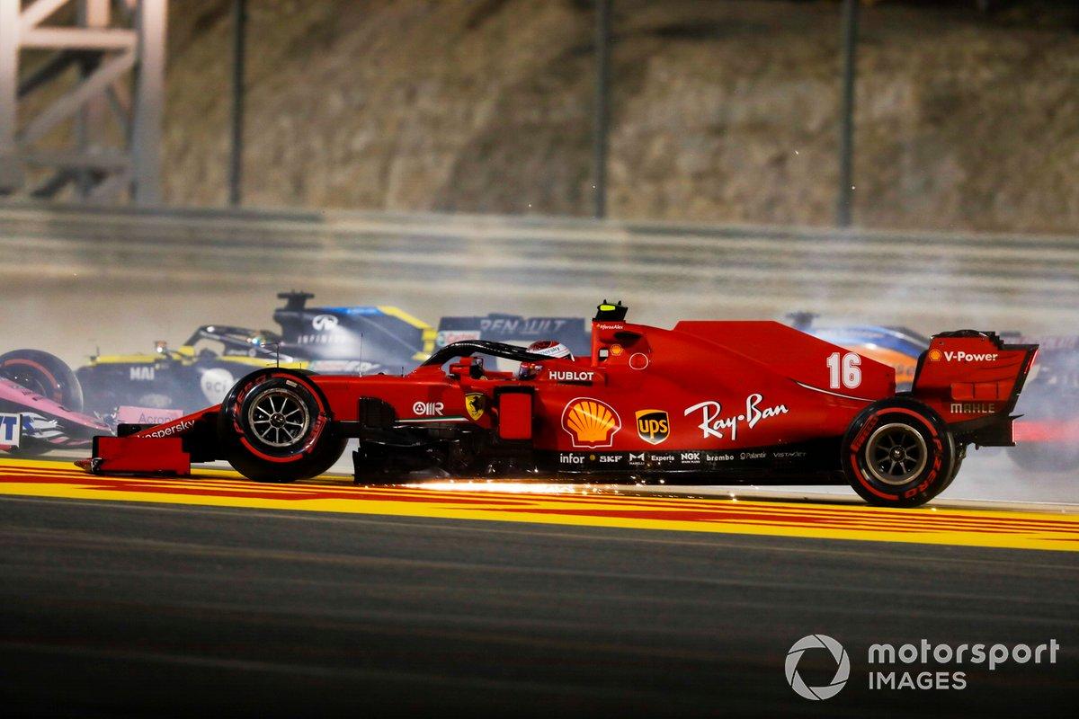 Charles Leclerc, Ferrari SF1000 con la sospensione anteriore rotta, dopo il contatto con Sergio Perez, Racing Point RP20, al primo giro