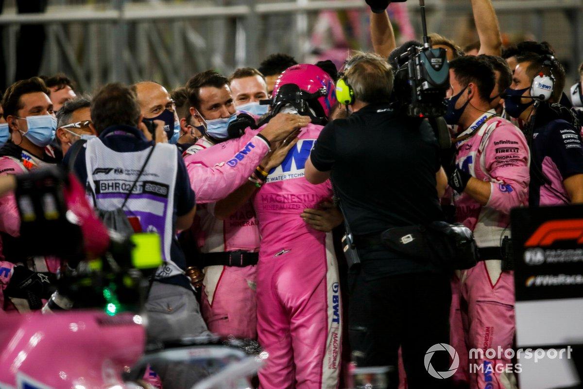 El ganador de la carrera Sergio Pérez, Racing Point celebra en parc ferme con el equipo