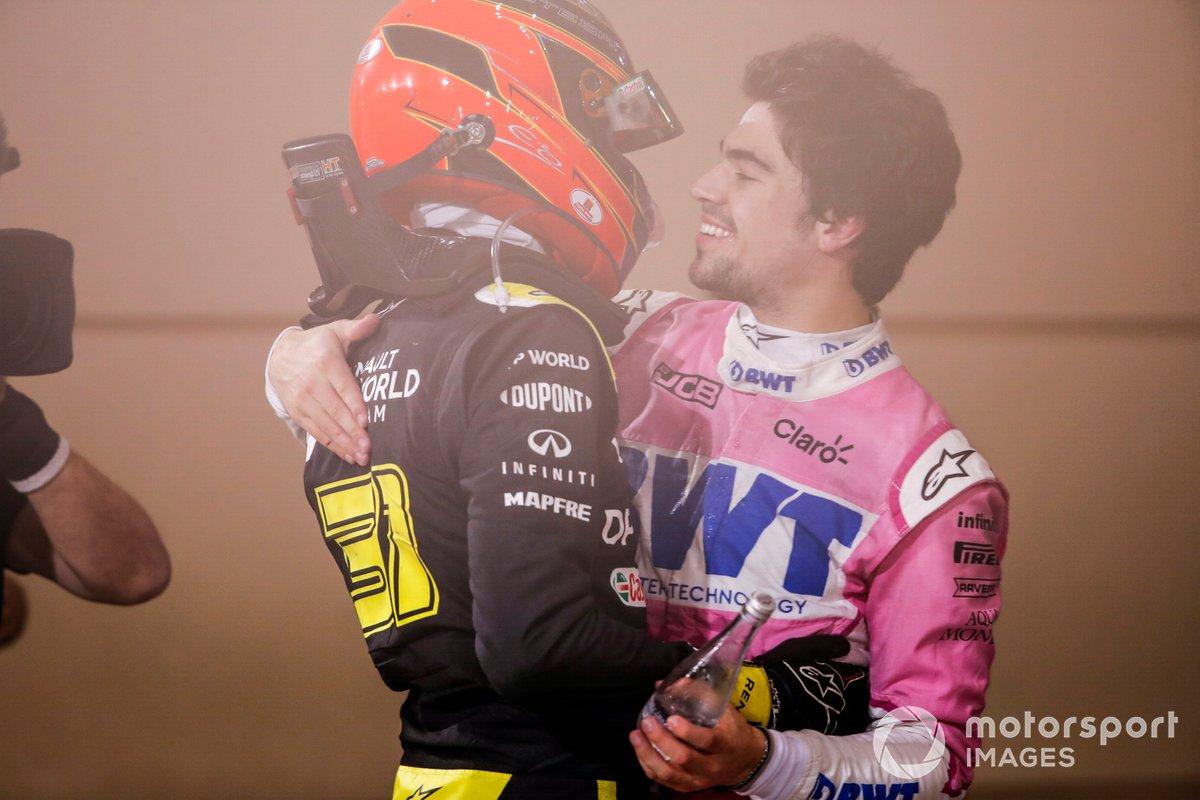 Esteban Ocon, Renault F1, 2ª posición, y Lance Stroll, Racing Point, 3ª posición, se felicitan mutuamente