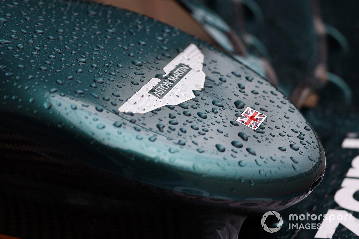 Il muso della Aston Martin AMR21 bagnato dalla pioggia