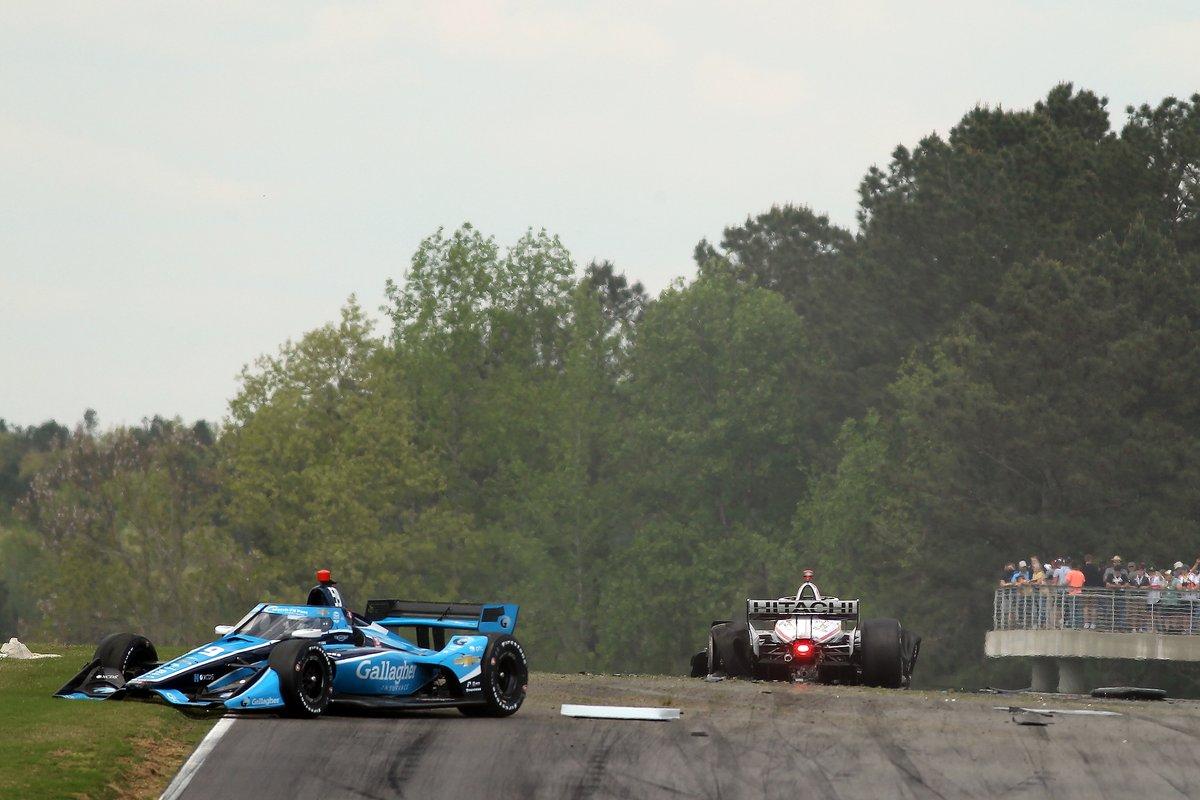Choque en la salida de Max Chilton, Carlin Chevrolet and Josef Newgarden, Team Penske Chevrolet