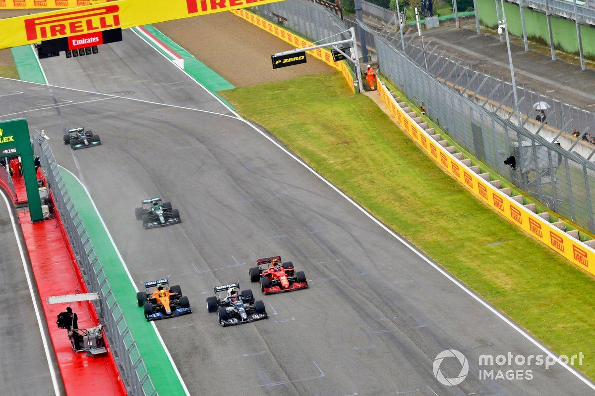 Salida Pierre Gasly, AlphaTauri AT02, Lando Norris, McLaren MCL35M, Carlos Sainz Jr., Ferrari SF21