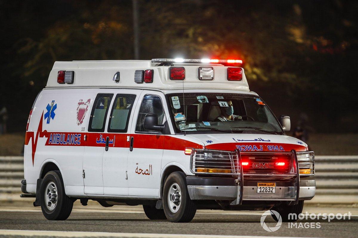 Una ambulancia lleva a Romain Grosjean, Haas F1, al centro médico del circuito