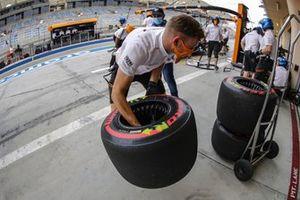 Mécaniciens McLaren avec des pneus