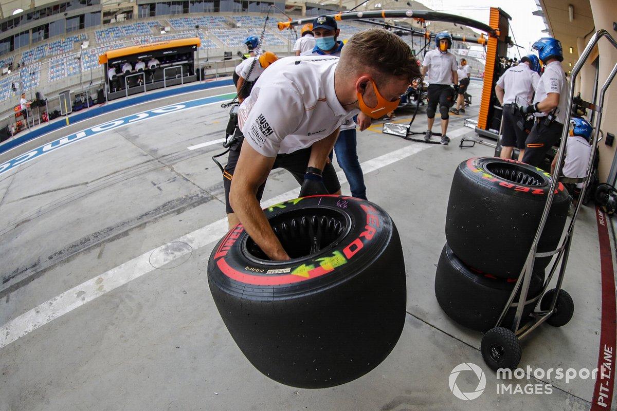 El equipo de boxes de McLaren con los neumáticos