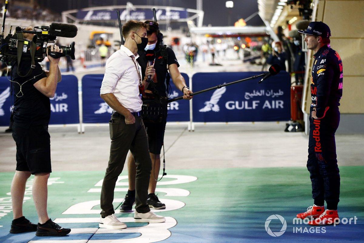 Max Verstappen, Red Bull Racing, 2a posizione, viene intervistato da Jenson Button, Sky TV, dopo la gara