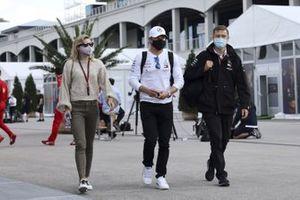 Valtteri Bottas, Mercedes-AMG F1 et Tiffany Cromwell dans le paddock