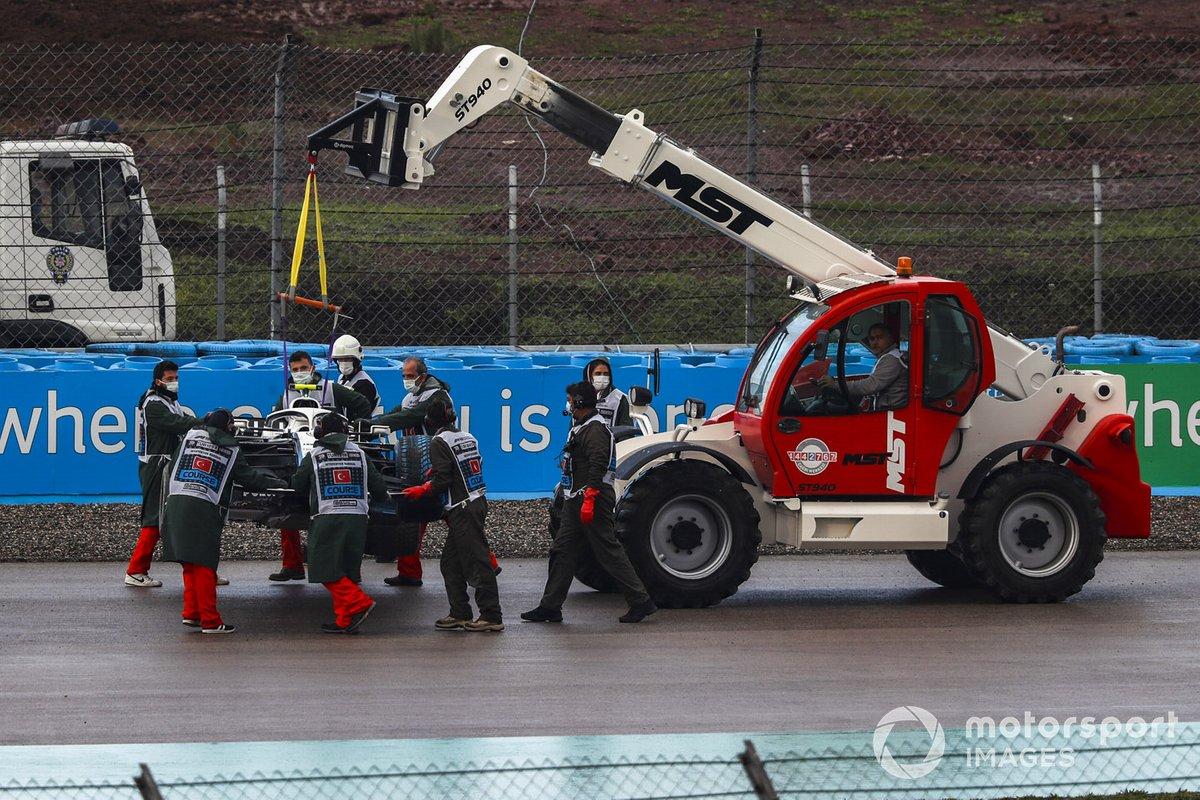 Los oficiales sacan el coche de Nicholas Latifi, Williams FW43, de una trampa de grava