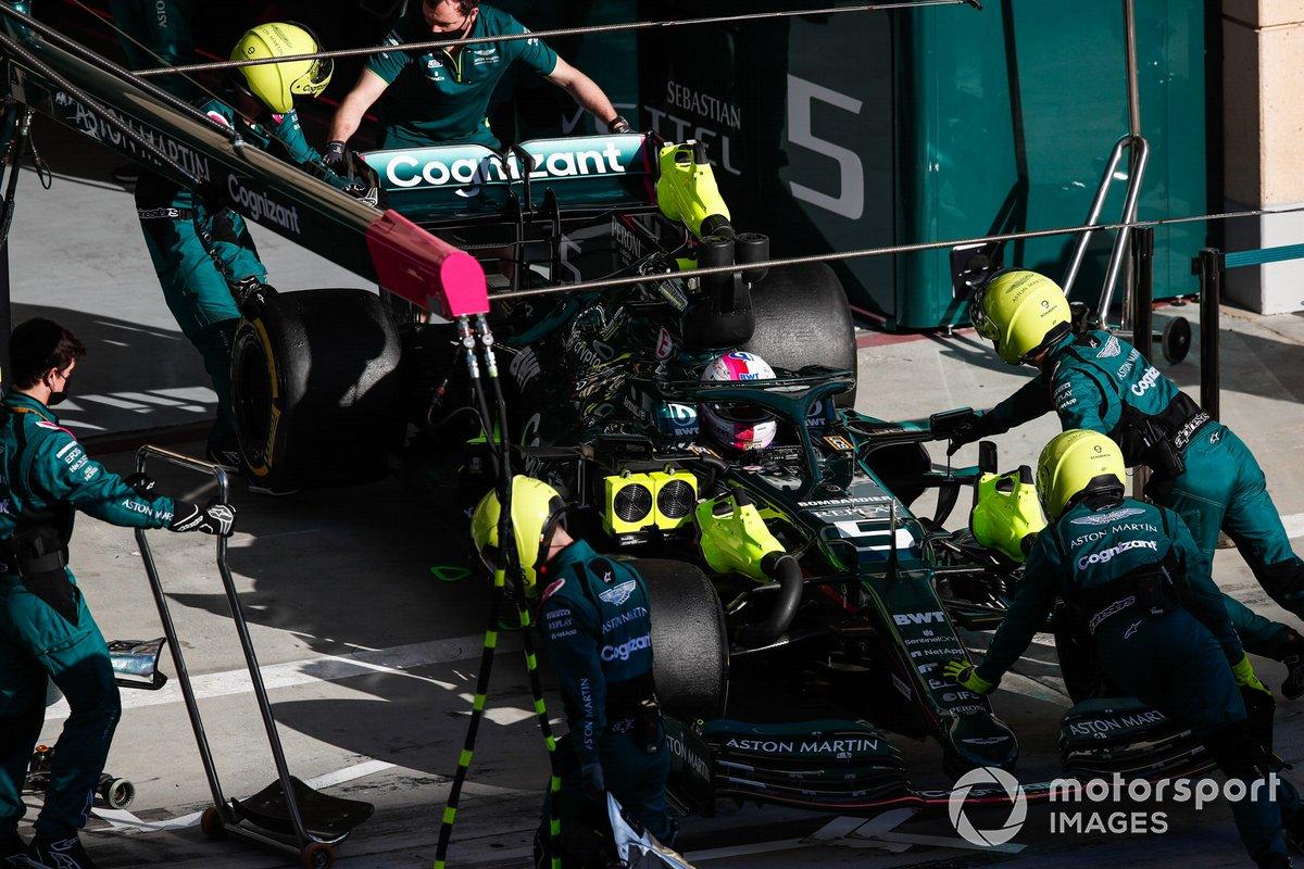 Los mecánicos empujan a Sebastian Vettel, Aston Martin AMR21, de vuelta al garaje