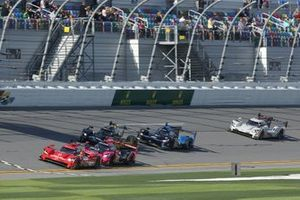 Race Start, #31 Action Express Racing Cadillac DPi: Chase Elliott, Felipe Nasr, Pipo Derani, Mike Conway leads