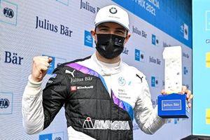 L'auteur de la pole position Jake Dennis, BMW i Andretti Motorsport, avec le trophée de la pole position