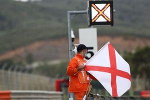 Les drapeaux indiquant un changement d'adhérence, successif à la pluie en l'occurence