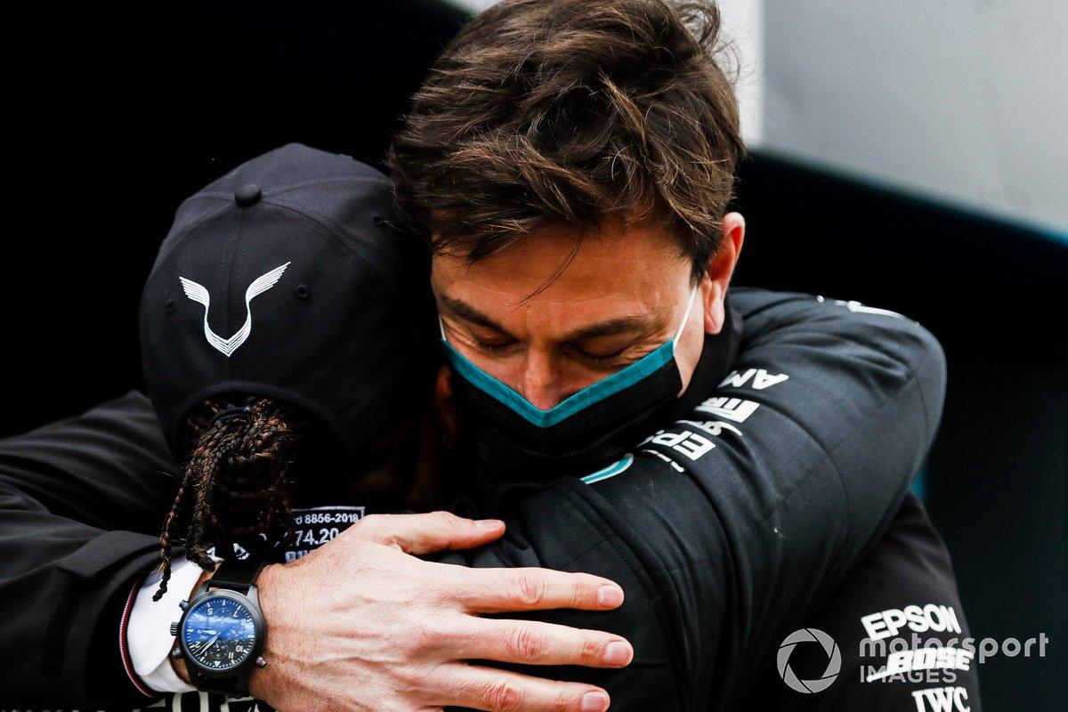 Toto Wolff, Executive Director (Business), Mercedes AMG, memeluk Lewis Hamilton, Mercedes-AMG F1, di parc ferme usai kesuksesan menjadi juara dunia sebanyak tujuh kali