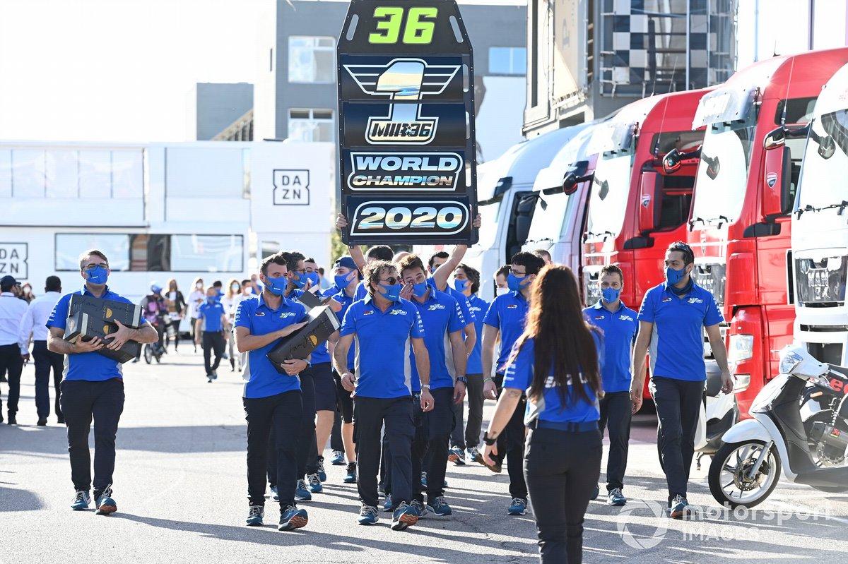 Equipo Suzuki MotoGP celebran