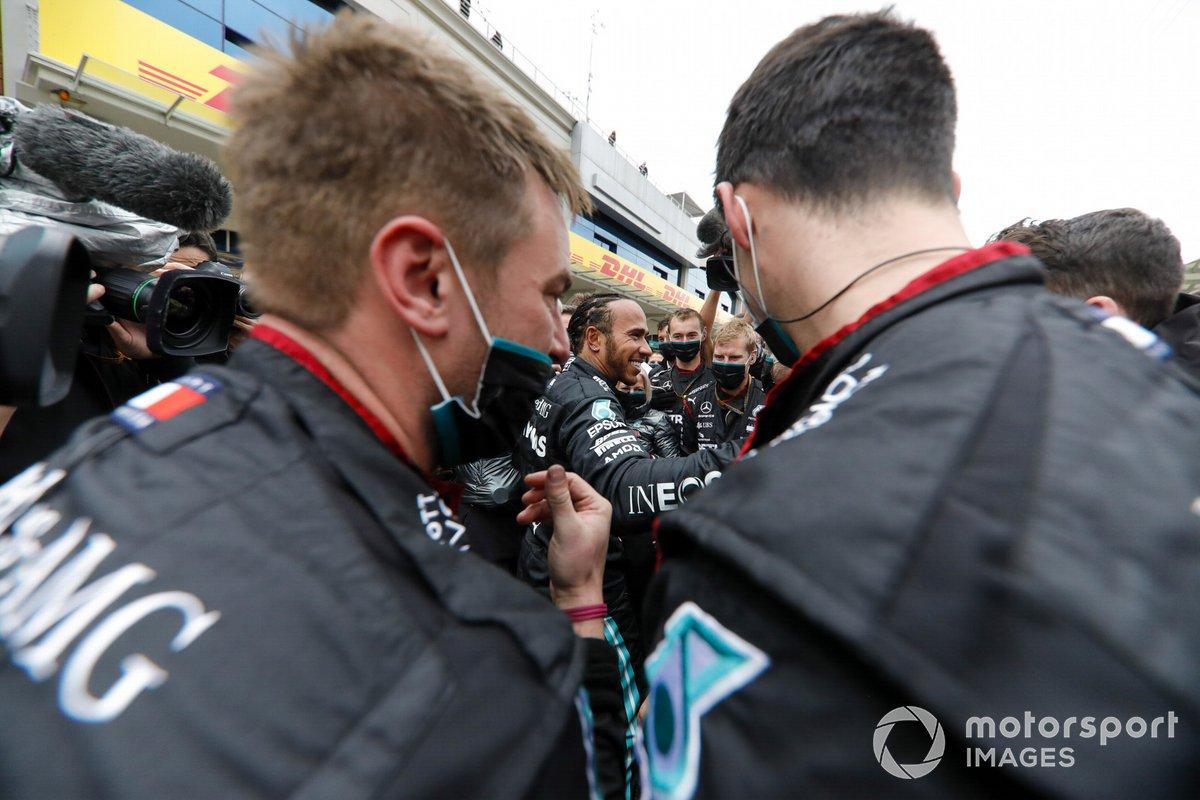 Ganador y campeón mundial Lewis Hamilton, Mercedes-AMG F1, celebra con el equipo Mercedes