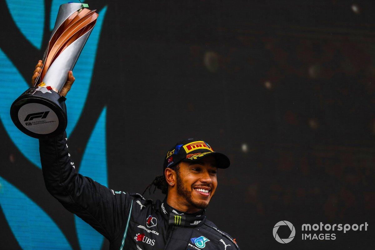 Lewis Hamilton, Mercedes-AMG F1, 1st position, mengangkat trofi kemenangannya di GP Turki