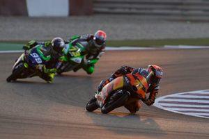 Ayumu Sasaki, Red Bull KTM Tech 3 devant Carlos Tatay, Avintia Esponsorama et Maximilian Kofler, CIP Green Power